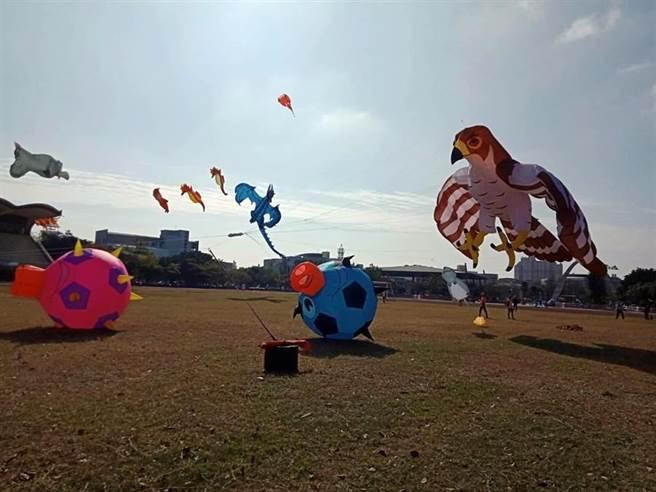 去年首度舉辦的第一屆鹿港風箏節,可愛的大型氣囊風箏在鹿港鎮立體育場起飛,鹿港小鎮天空彷彿成為空中動物派對。(資料照,謝瓊雲攝)