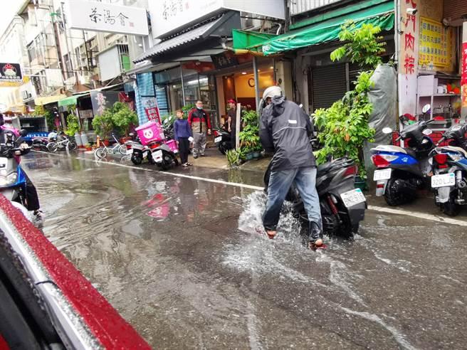 員林基督教醫院附近道路,每逢強降雨必定淹水,水深及膝常常有騎士機車泡水拋錨。(資料照)
