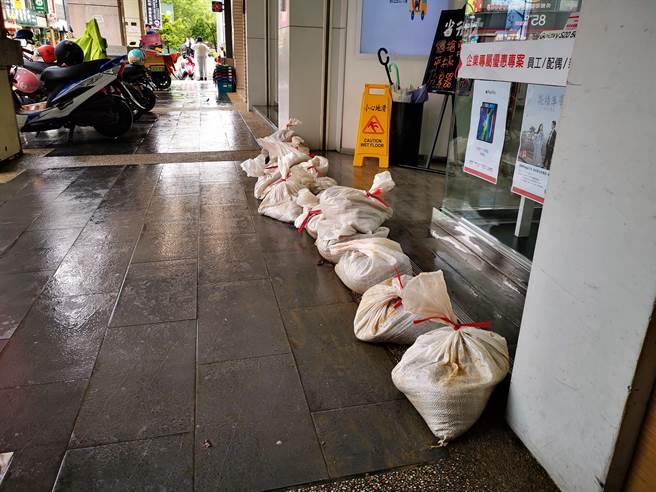 附近店家長期飽受淹水之苦,得知公所將進行改善工程,都相當開心。(資料照)