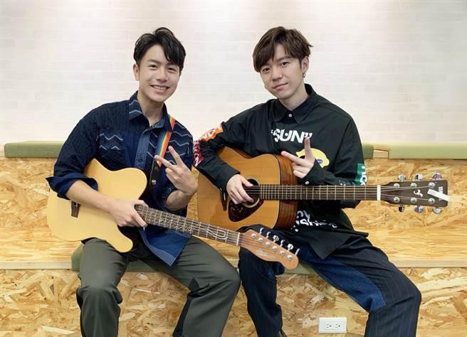 蔣卓嘉(右)日前邀韋禮安錄製七夕特別節目。(索尼音樂提供)