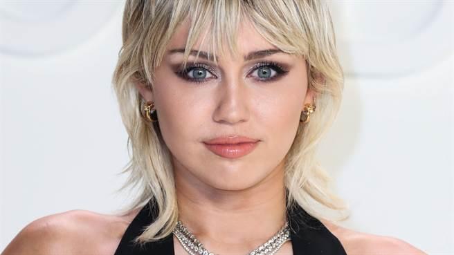 《MTV音樂獎》麥莉希拉(Miley Cyrus)全身透視 強光一照「下半身洩亮點」(圖/達志影像)