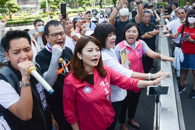 羅智強與國民黨議員被擋在市府門外,氣得敲打鐵柵欄抗議。(林宏聰攝)