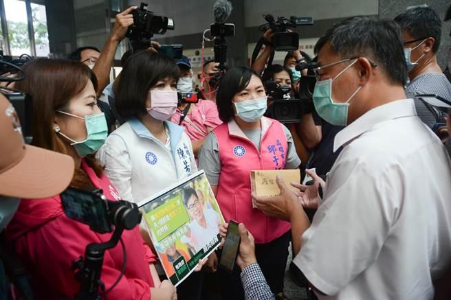 僵持40分鐘後,3位國民黨議員終於獲准進入市府,由副祕書長王啟川出面接見。(林宏聰攝)