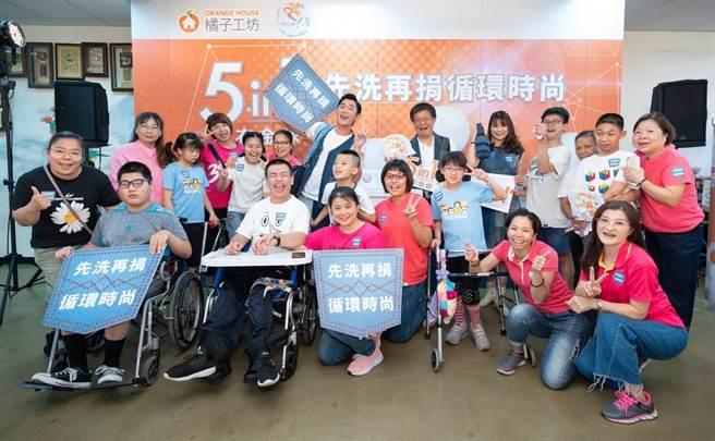 圖一:永豐實徐志宏總經理(中)、藝人吳慷仁(左)與萱藝先知夥伴及孩子們開心合影(橘子工坊提供)