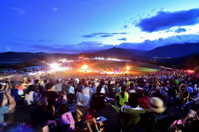 ▲2020台灣熱氣球嘉年華,30日晚間在璀璨的噴火、雷射聲光及煙火秀中圓滿閉幕。(莊哲權攝)
