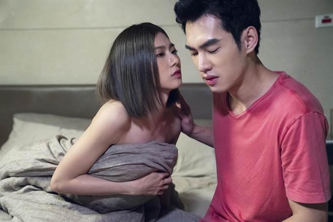 蔡黃汝在《腦波小姐》單戀張書豪,兩人有肌膚之親吻戲。(麗象影業提供)