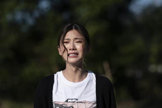 蔡黃汝劇中像被施魔咒般從頭哭到尾。(麗象影業提供)