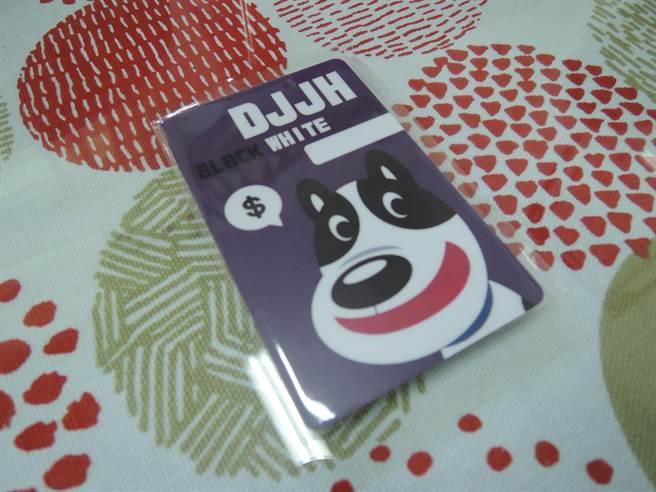 組長鄭詍旭設計有校犬「黑白」圖樣的icash卡。(張毓翎攝)