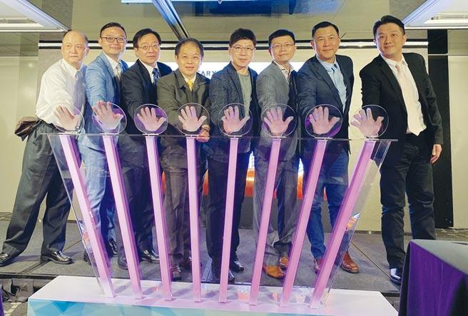 華訊集團與各產業領域專家舉行簽約儀式,打造居家雲健康音響系統及構築長生健康聯盟。圖/業者提供