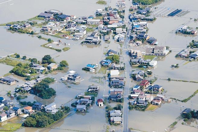 今年7月初強降雨造成日本南部福岡一片汪洋。(美聯社)