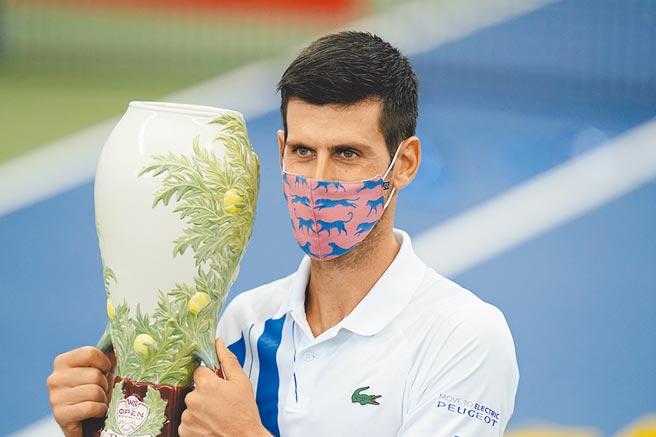 喬柯維奇帶著西南網球公開賽男單冠軍獎盃,準備挑戰美國網球公開賽。(美聯社)