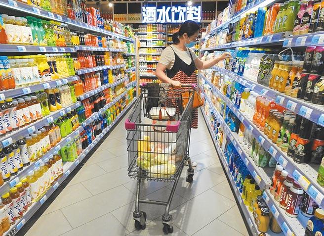大陸消費者在江蘇連雲港市海州區一超市選購飲料。(新華社資料照片)