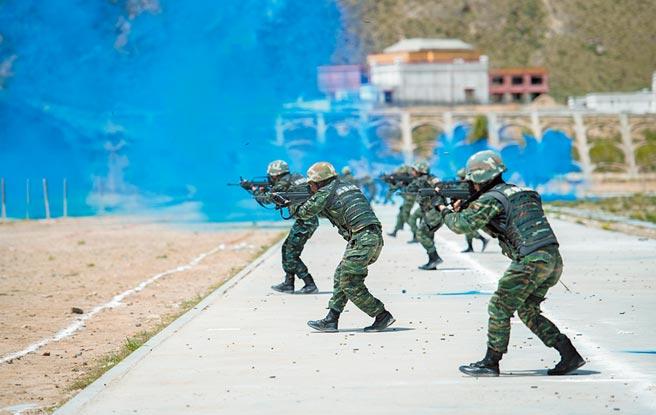 中印邊境僵局持續,大陸希望確保邊境安全。圖為武警西藏總隊進行綜合射擊比拚。(中新社資料照片)