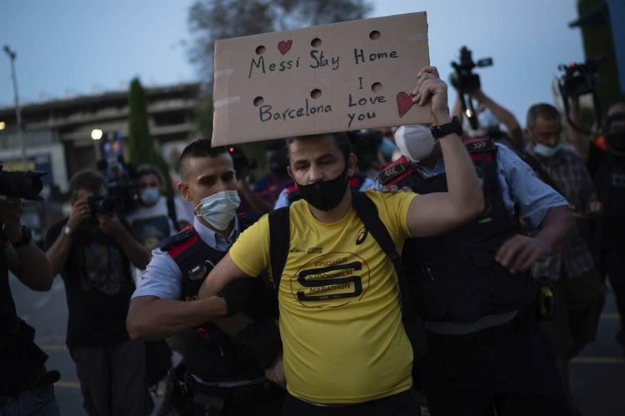 巴塞隆納球迷上街抗議,遭到警方驅離。(美聯社資料照)