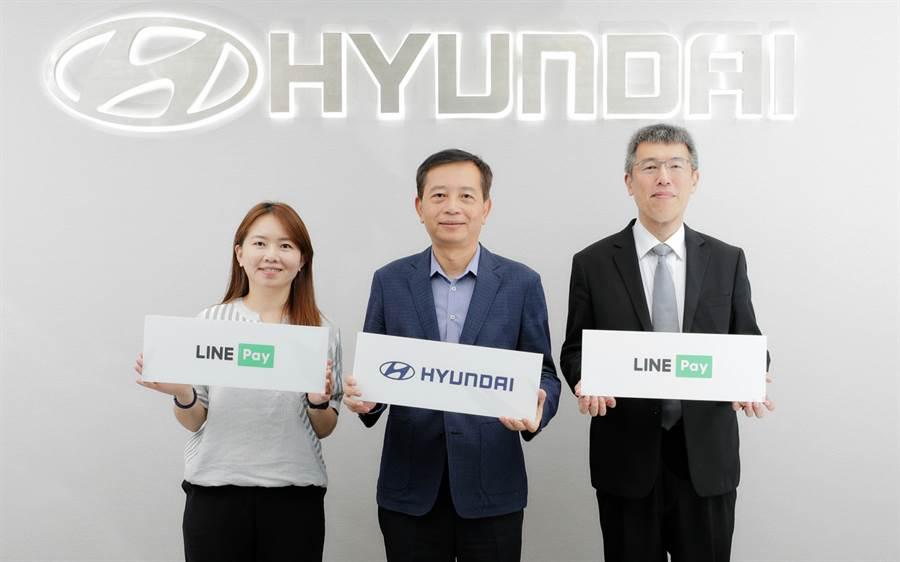 HYUNDAI汽車導入LINE Pay行動支付新服務,由南陽實業徐伯達總經理(中)、一卡通程子箴總經理(右)與LINE Pay張希雯董事(左)代表合影,宣告正式合作
