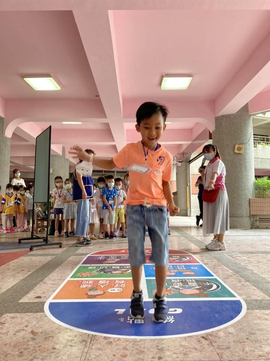 校方為讓小一新鮮人適應環境學習新的團體生活,特別規畫有趣闖關遊戲(戴上容攝)
