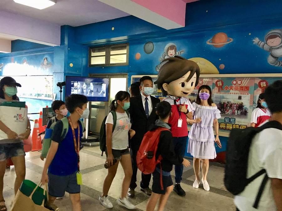 三重3000多人集美國小出動吉祥物迎接開學(戴上容攝)