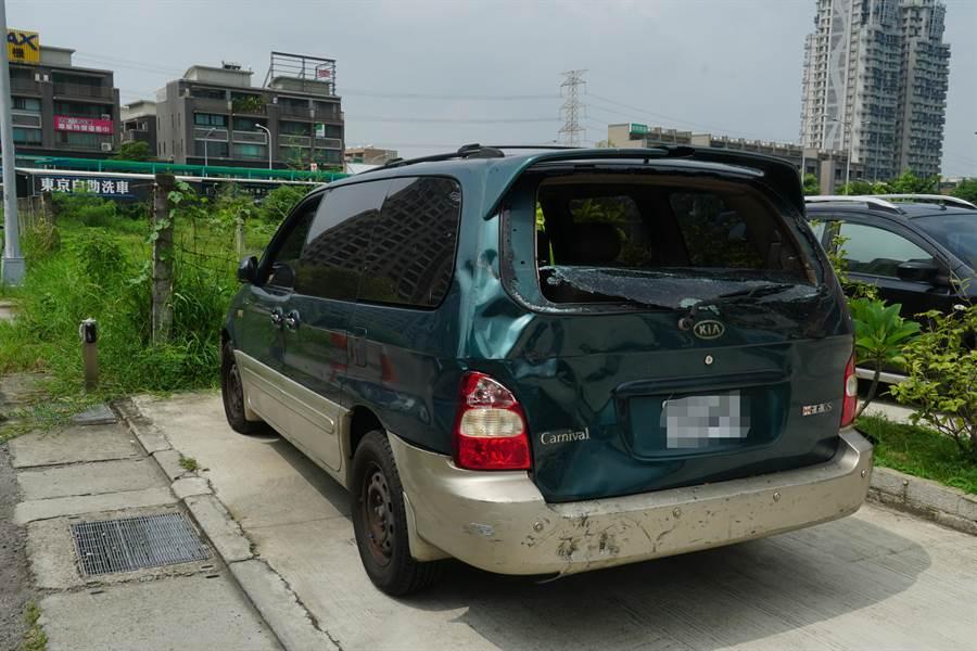 高女因車輛故障,停在烏日區建國路紅線旁,雖擺上故障警示架,仍遭葉男撞上,旅車左後方凹陷,後車窗破裂。(黃國峰攝)