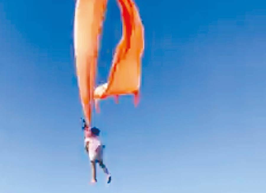 在新竹國際風箏節會場,一名3歲女童被糖果風箏捲上高空中,嚇到許多在場民眾,現場尖叫聲不斷。(中時資料庫)