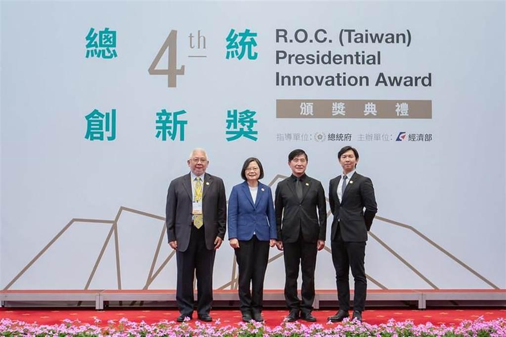 總統蔡英文頒發第四屆總統創新獎。圖/總統府提供