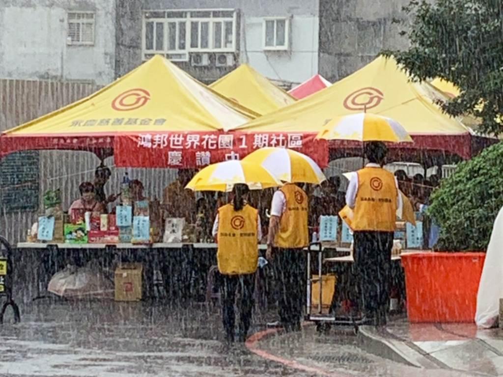 就算大雨襲擊也不怕!永慶房屋贊助帳篷遮陽避雨,讓普渡儀式圓滿進行。(圖/業者提供)