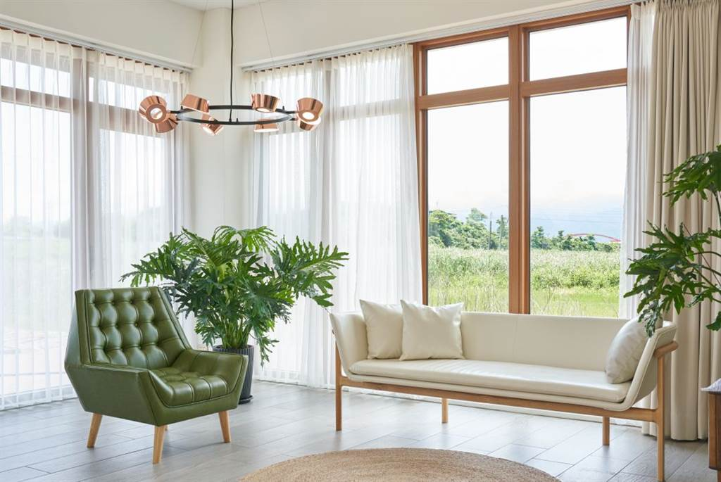▲環狀吊燈OLO PC8揉合文字與新世代符碼的想像,以幾何構件創造象徵團圓的吊燈造型,適合運用在中式餐桌和會客空間。