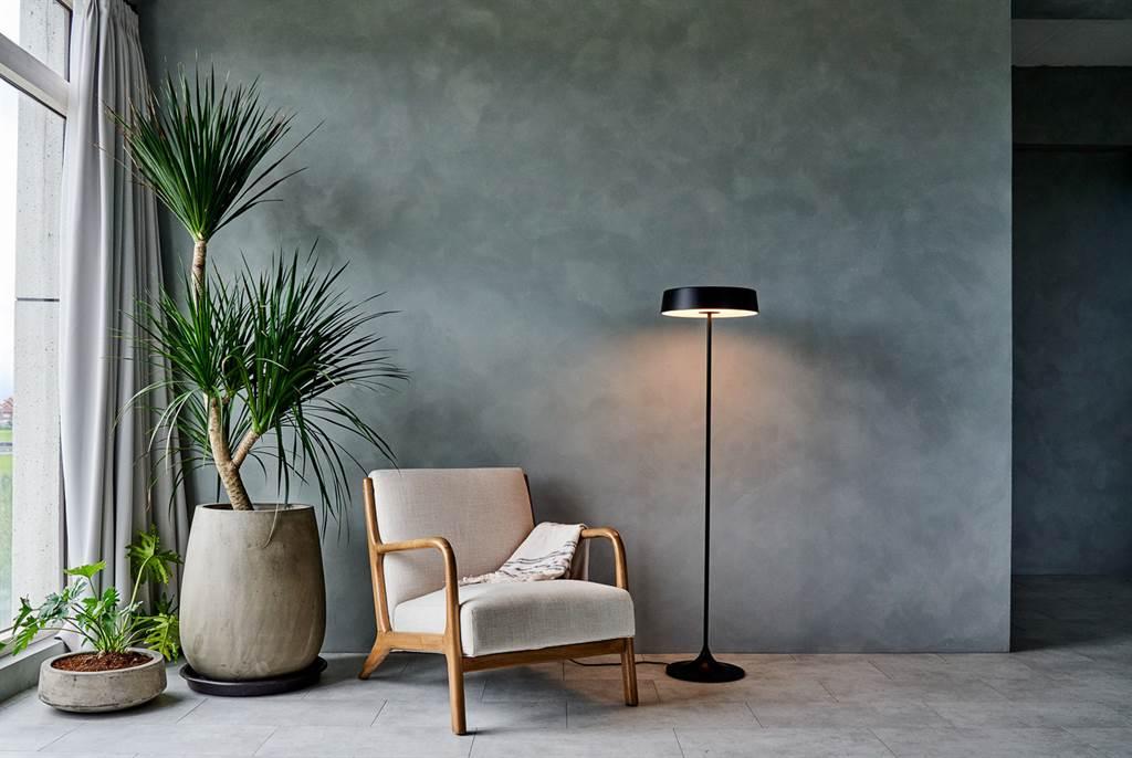 ▲立燈《閣》(CHINA LED)的設計靈感來自清朝官帽反戴的造型,簡約的線條如同一位素樸且智慧無限的智者,整體充滿禪意。