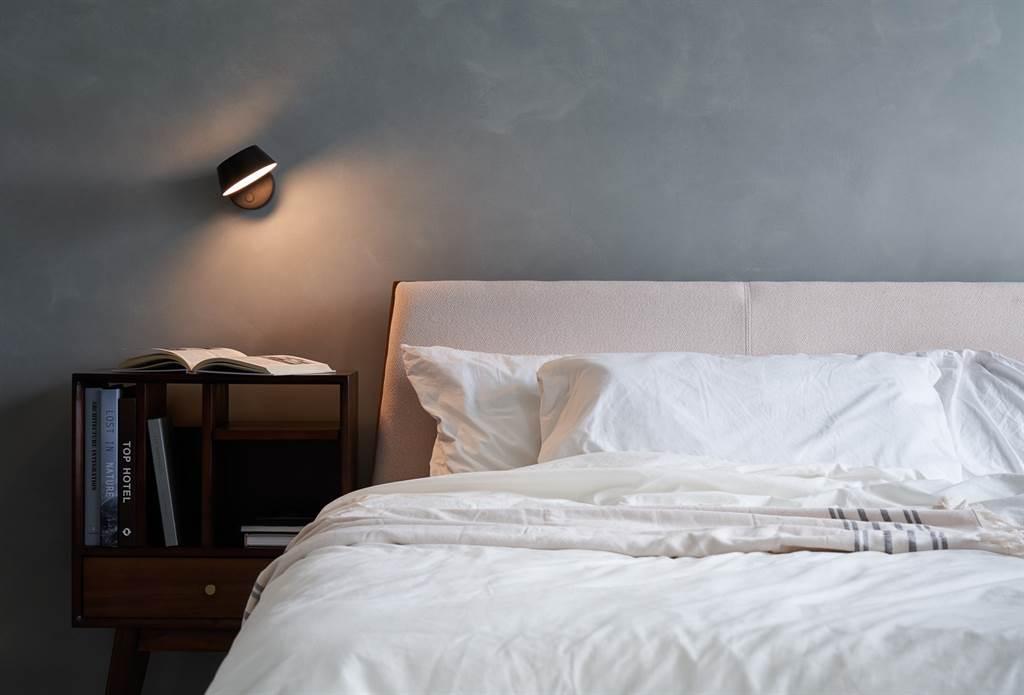 ▲OLO系列燈飾以字面三個英文字母,象徵圖像中的雙眼與鼻子。壁燈款式可以近乎360度轉動功能,為空間創造不同光影效果。特別的是還有觸控式調光,方便隨時調整燈光亮度。