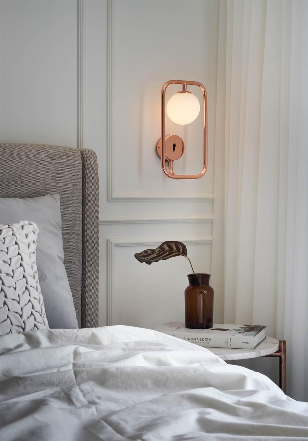 ▲由銅色線條組成的《方圓》(Sircle)系列,靈感來自「以方生圓」的東方哲思。可翻出框架外的圓形燈球,以白玉玻璃材質和金屬線條形成溫潤的感受。
