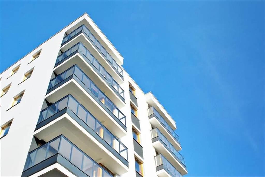 買家原本想買採光較佳的樓層,豈料鄰棟竟越高越高,導致窗戶正對水塔(示意圖/達志影像)