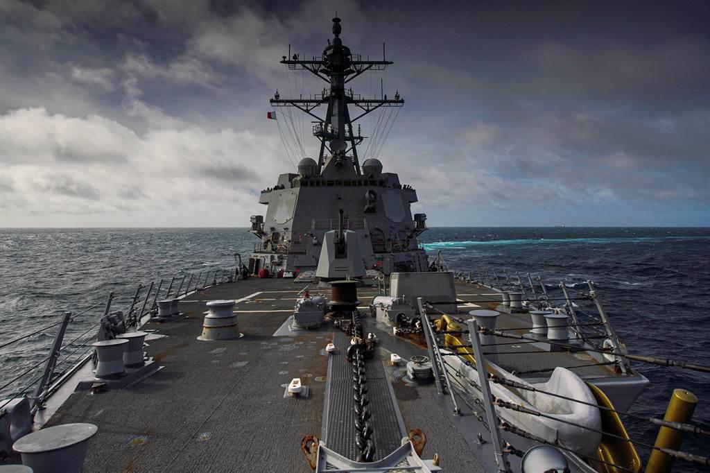 美海軍柏克級導彈驅逐艦哈爾西號穿越台灣海峽,首次取道澎湖水道,試探陸方反應。圖為美海軍發布哈爾西號進入台灣峽照片。(圖/美國海軍)