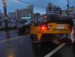 計程車駕駛疑精神不濟 連續擦撞2車翻覆