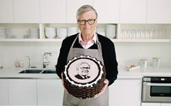 巴菲特90歲 蓋茲做蛋糕祝壽