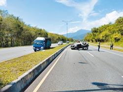 撞鄰車再撞安全島 86歲翁不治