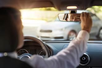 他開車聽後座女友發出「詭異怪聲」急踩油門回家 真相曝光網傻眼