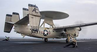 影》摔得粉碎 美E-2C鷹眼預警機墜毀 4人驚險跳傘逃生