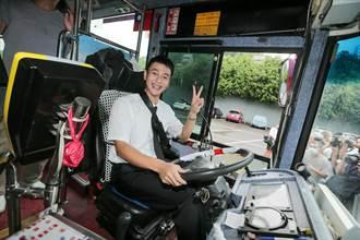 劉冠廷當公車運將直直撞 緊張上路一半卻熄火