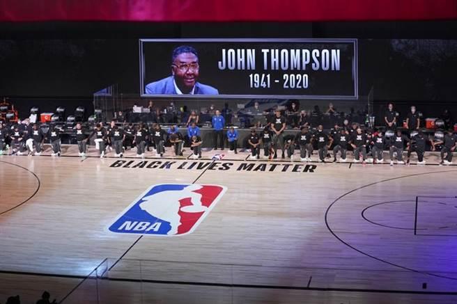 NBA季後賽前悼念傳奇教頭約翰湯普生,他在美國時間8月31日去世。(美聯社)