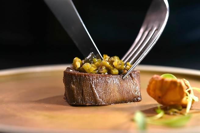 嘗過用牛舌作出的「牛排」嗎?〈Orchid蘭〉餐廳本季新菜〈牛舌/皮蛋/ 四季豆〉值得一試。(圖/姚舜)