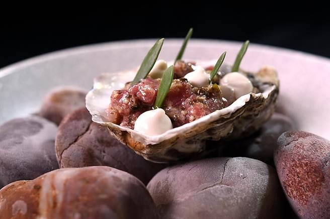 〈羊肉塔塔/ 生蠔/黃瓜〉是以將羊肉、生蠔切碎,拌入醋漬紅蔥頭、昆布碎,並以生蠔乳化醬汁提味,味道好極了。(圖/姚舜)