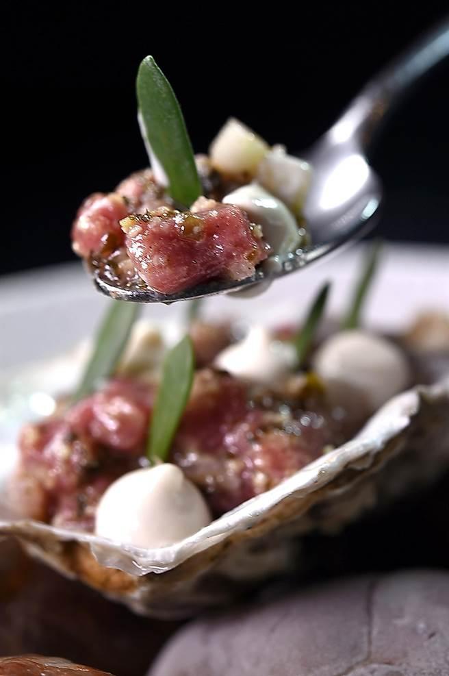 以生羊肉與生蠔肉「海陸跨界混搭」作出的〈羊肉塔塔/ 生蠔/黃瓜〉,堪稱是一完全的風味組合之作。(圖/姚舜)