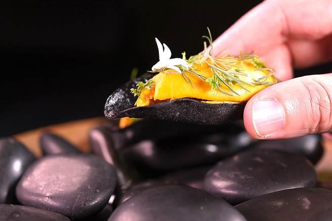 Nobu本季演繹馬祖淡菜,是以淡菜汁和茴香煮汁濃縮後加入奶油和雞蛋做的卡士達醬賦味,底部的「黑殼」是用裸麥和墨魚汁作的脆餅。(圖/姚舜)