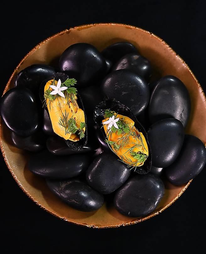 這個季節的馬祖淡菜,貝肉碩大肥美,口感與風味完全不遜歐洲淡菜,所以在被列入〈Orchid蘭〉餐廳本季菜單中以味媚人。(圖/姚舜)