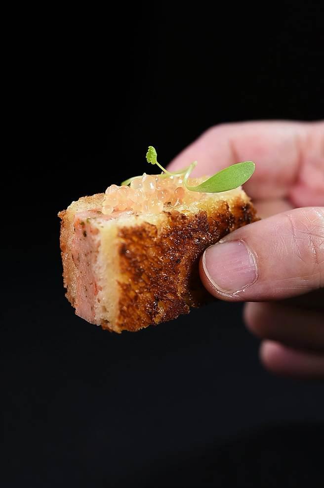 〈蝦多士〉是將蝦肉慕斯夾進片薄的布里歐麵包中,再以澄清奶油兩面煎出金黃香酥,再再昆布鹽提味, 搭配手指檸檬、香菜苗呈現。(圖/姚舜)