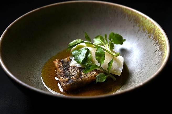 〈白鰻/ 番茄/ 綠竹筍〉以帶有微酸味的番茄澄清湯,為先蒸後炸的白饅提味,並搭配切片的白筍增加口感變化。(圖/姚舜)