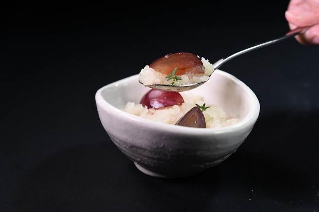 〈Orchid蘭〉餐廳本季新套餐的前甜點,主體是用洋梨和梨子利口酒製成的義式冰沙,碗內底層是用洋梨和百里香作的泡沫,葡萄則糖煮後加入柚子增添些許酸度。(圖/姚舜)
