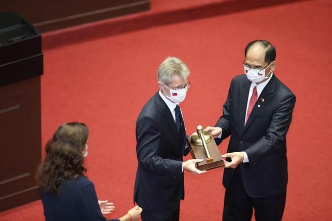 捷克參議院議長韋德齊(中)1日率團參訪立法院,由院長游錫堃(右)頒贈纪念議事槌與一等國會外交榮譽獎章。(姚志平攝)