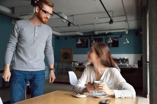 單身女一人吃飯被要求併桌,沒想到她從此脫單(示意圖/達志影像)