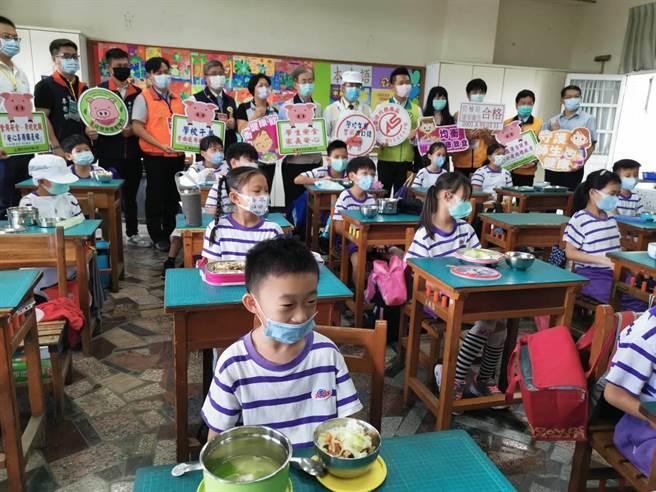 黃偉哲視察大新國小午餐,重申中小學午餐一律採用國產豬肉。(劉秀芬攝)