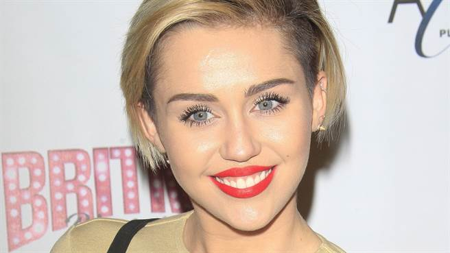 迪士尼女星麥莉·希拉(Miley Cyrus)上半身超透視 裡面沒穿「兩點若隱若現」(圖/shutterstock)